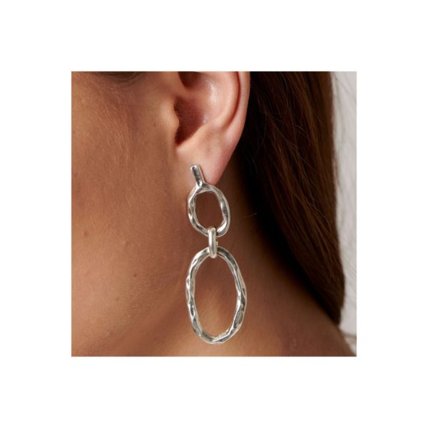 Long metal earrings, silver plated, in the form of links. A casual style jewel made to a woman that loves fashion and which it will be the perfect accesorize to all her outfits. A piece made in Spain by UNOde50 and in a 100% handmade way.