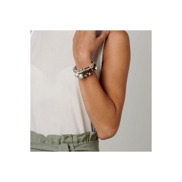 Woman bracelet featuring several leather strands with pearls and silver-plated beads. Clasp with the UNO de 50 brand name.