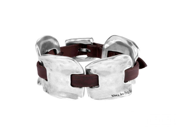 Bracelet in silver-plated metal alloy with leather strips interwoven. Adjustable buckle clasp.