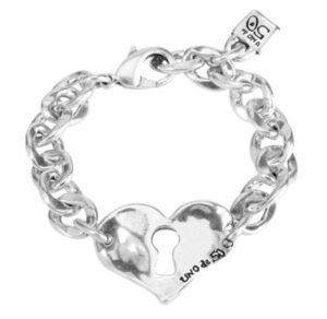Bracelet made of flat links that form a chain with embossed heart and lock detail in centre. Characteristic of UNOde50, 100% handmade in Spain.