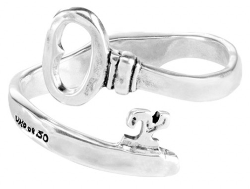 15-micron silver-plated spring bracelet adjustable to the wrist in the shape of a key. A unique design with personality that reflects the conceptual and independent style characteristic of UNOde50. Handmade in Spain, like all of the brand's pieces.