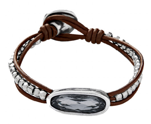 A bracelet made of leather and decorated with much small silver plated beads. With an original SWAROVSKI® ELEMENTS crystal in the centre of Silver Night grey and oval shape. A handmade and classy jewel made in Spain by UNOde50.