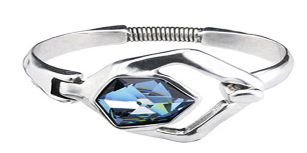 Original rigid silver-plated bracelet and a SWAROVSKI® ELEMENTS central crystal in Sahara blue that gives distinction to this jewel. A unique jewel for a unique woman. A bracelet with a lot of style 100% hand made by UNOde50. A Limited Edition full of personality Made in Spain.