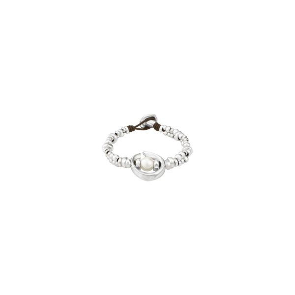 Bracelet with brown leather base decorated with two turns of silver-plated pieces. Topped in the center by a piece inspired by a wave with a pearl in its interior, being the star piece of this collection. A jewel of UNOde50 made in Spain and elaborated by hand.