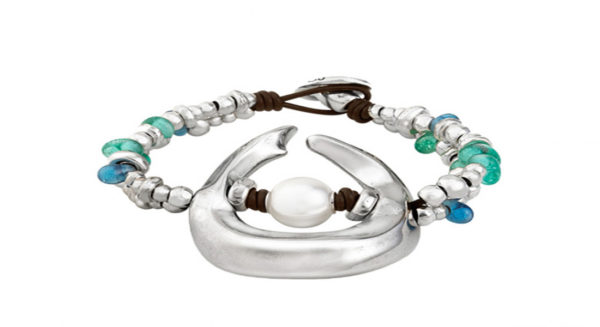 Three turns bracelet topped with irregular silver-plated pieces and with handmade crystals of striking colors inspired by oasis. Include in its central part an original silver-plated by the shape of a wave with a pearl in its interior, being the star piece of this collection.