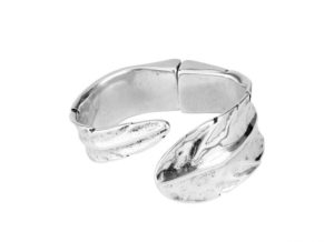 Semi rigid and opened silver plated bracelet with feather shaped, principal characteristic of this romantic collection.