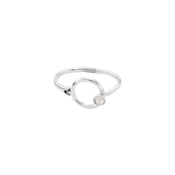 Rigid silver-plated bracelet having a surround and restrained design. Its small pearly piece of SWAROVSKI® ELEMENTS crystal stands out as one of the distinctive features of this collection. It is an ideal accessory for the most elegant personalities and is 100% handmade in Spain, by UNOde50.